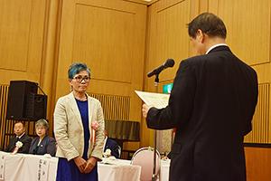 山西会長㊨から表彰状を受け取る受賞者
