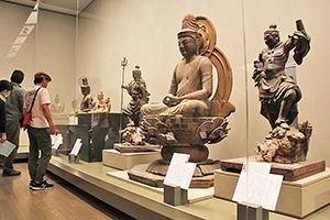 県内の魅力ある仏像や神像が並ぶ会場