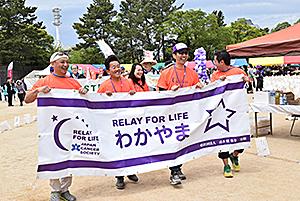 がん患者支援を呼び掛け歩く参加者(前回)