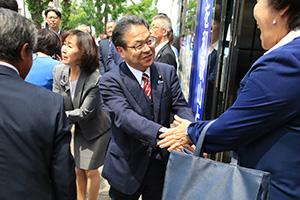 支援者と握手を交わす世耕氏(中央)と久美子夫人(左隣)