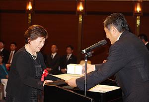 仁坂知事から表彰状を受け取る受賞者