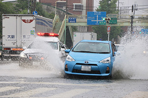 水しぶきを上げて国体道路を走る車(7日午前10時54分、和歌山市吹屋町)