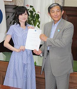 委嘱状を手にする中島さん㊧と仁坂知事