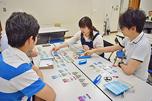 街づくりカードゲーム「街コロ」で遊ぶ参加者