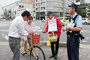 通行人に啓発する警察官ら