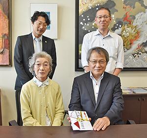 日高高校を訪問した花田さん(前列左)と池田校長(同右)