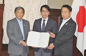 協定書を手にする(左から)仁坂知事、渡邉社長、尾花市長
