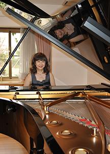 緑風舎のピアノの前で杉谷さん(2010年)