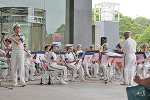 迫力ある演奏を披露する県警音楽隊