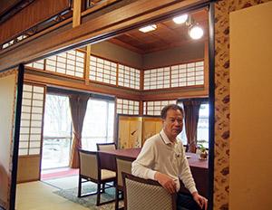 日本建築の広間で中山社長