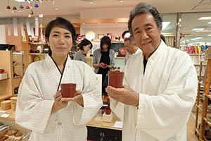 豆子カップを手に松江さん㊧と池ノ上さん