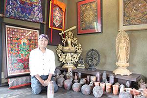 陶芸作品や曼荼羅に囲まれた空間で