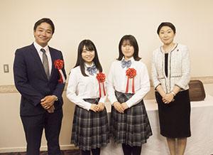 表彰式に出席した生徒と鞍教頭㊧、小渕会長㊨(りら創造芸術高等学校提供)