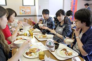 ランチを食べながら情報交換する学生ら