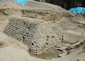 水軒堤防の石堤(県教委提供)