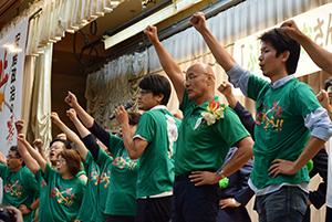 支援者と「頑張ろう」を三唱する藤井氏(右から2人目)