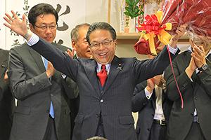 花束を手に支持者の拍手に応える世耕さん