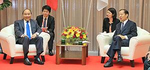 和やかに会談するフック首相㊧と二階幹事長