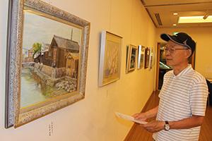 湯浅町の風景が描かれた洋画に見入る来場者