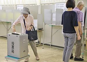 期日前投票をする有権者(和歌山商工会議所)