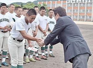 中村会長と握手を交わす米田主将