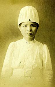 正式の看護帽で国部ヤスヱさん(24歳ごろ、遺族提供)