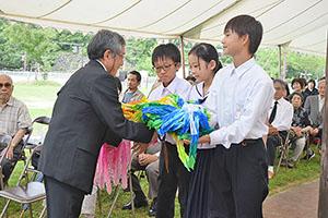 千羽鶴を奉納する中学生