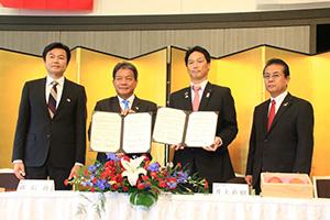 覚書に署名した(左から)李処長、郭議長、井上議長、遠藤会長