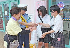 買い物客らに交通安全を啓発する中島署長(左から2人目)ら