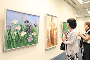 多彩な表現の作品が並ぶ会場