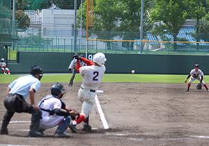 8回裏1死2塁、東妻が適時2塁打を放つ(智弁)