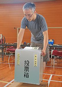 投票箱を設置する和歌山市職員(市立広瀬小学校)