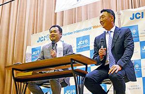 講演はトーク形式で行われ、コーディネーターは㈱スポーツニッポン新聞社の元「虎番」山本浩之さん㊧が務めた(県立体育館で)