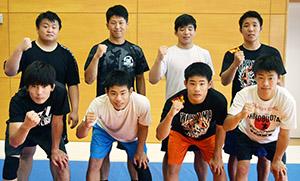 山口(後列左)、中村(同右)らフリースタイルの入賞メンバー