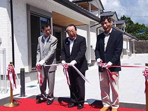 テープカットで完成を祝う(左から)伊都議長、寺本町長、中谷区長