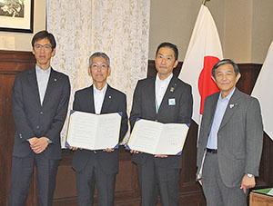 協定書を締結した(左から)横田常務理事、田谷会長、川腰支社長、仁坂知事