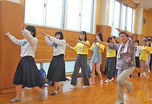 盆踊りを楽しむ学生ら