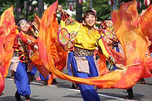 華麗な踊りで観客を魅了(おどるんや)