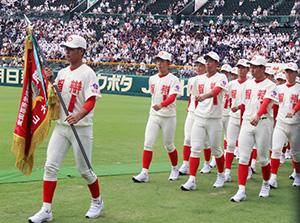 息の合った行進をする智弁和歌山の選手たち