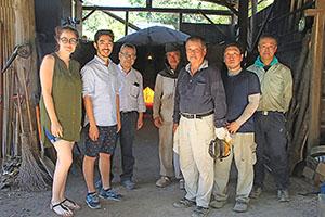 窯元を訪れたフランス企業の担当者と共に栗栖秀幸さん(左から5人目)、永吉さん(同3人目)ら