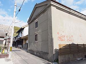 正面から見た田島漆店旧工場。商品蔵、玄関棟、主屋が並ぶ(県教委提供)
