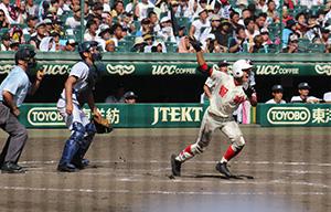 7回表、細川が勝ち越しの3点本塁打を放つ