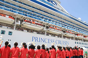 入港を歌声で歓迎する和歌山児童合唱団