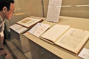 徳川頼貞が収集した貴重な楽譜が並ぶ