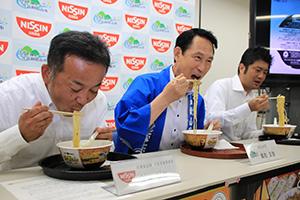 「和歌山特濃豚骨しょうゆ」を試食する尾花市長㊥ら