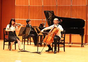 公開リハーサルを行う(左から)寺下さん、中谷さん、林さん