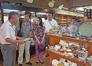 桐陶器店を取材するメンバー