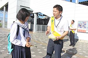 条例について高校生に説明する県職員