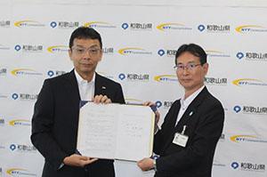 協定書を手にする田嶋企画部長㊨と江村西日本営業本部長