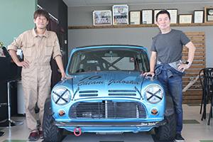 クラシックミニと共に、優勝した大谷さん㊧と中澤さん